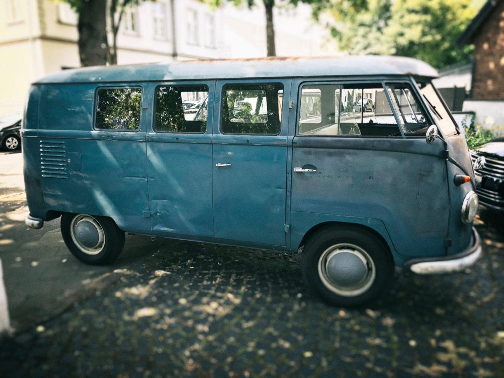 "VW T1 Baujahr 1958 USA-Import mit Aufkleber des Automobilclub ""Southern California"""
